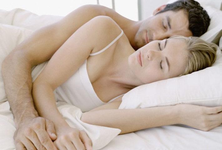 Come proteggere la schiena mentre si dorme - Mal di schiena a letto cause ...
