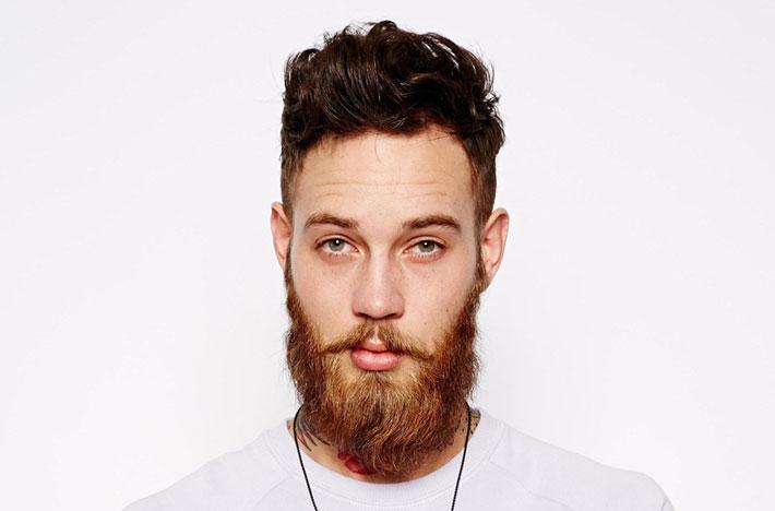 Acconciature capelli rasati ai lati uomo